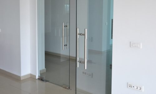 Pentru incaperi elegante si rafinate optati pentru usi sticla din oferta companiei Aluminium Glass