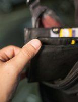 Riscă închisoare după ce a smuls un portofel din mâna unei femei