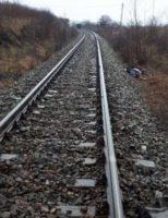 O fată de 12 ani a fost lovită de tren, după ce a traversat calea ferată cu căștile în urechi